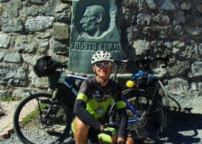 Tablica upamiętniająca Fausto Coppi na przełęczy Stelvio