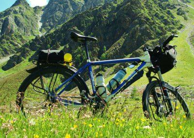 Zjazd z przełęczy Umbrial po stronie szwajcarskiej